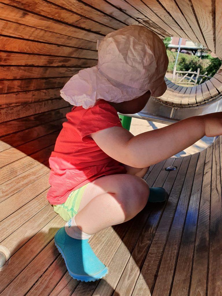 Das Aprilmädchen liebt den Spielplatz.